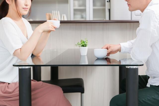 テーブルで向き合う男女